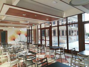 La sala colazione con la carta da parati e la fontana sullo sfondo