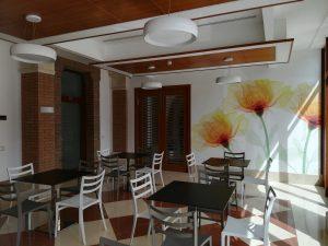 Sala colazione con fiori multicolor